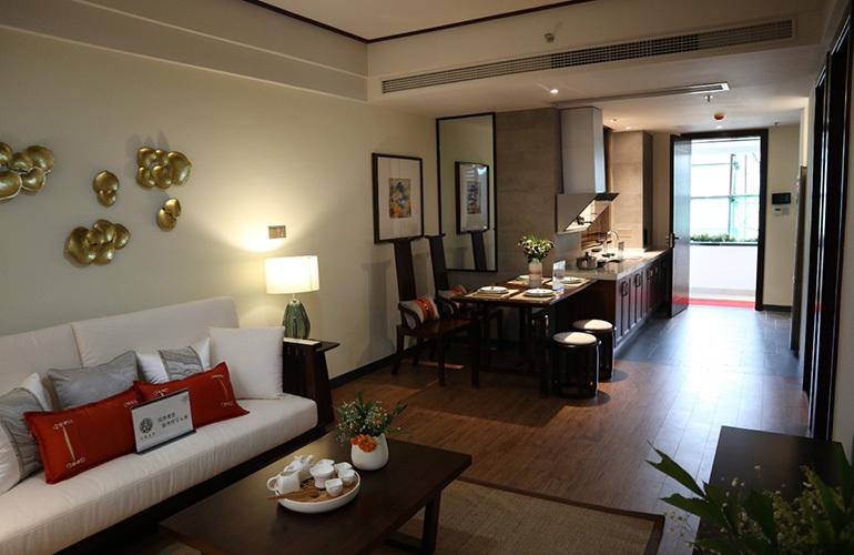 石梅春墅 远山瞰景公寓B户型样板间:客餐厅