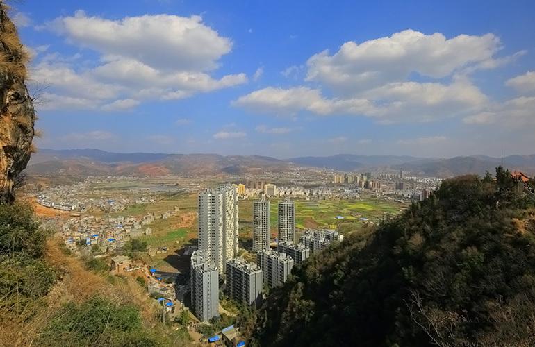 汉华天马山国际温泉度假区 眺望城市与山谷